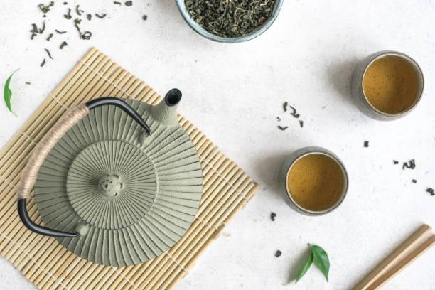 asiatische teekanne und teetassen - keramikteekannen stock-fotos und bilder