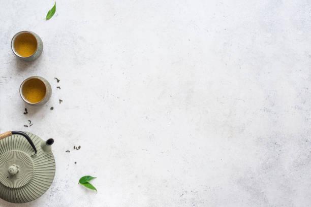 asiatische teekanne und teetassen - steingut geschirr stock-fotos und bilder