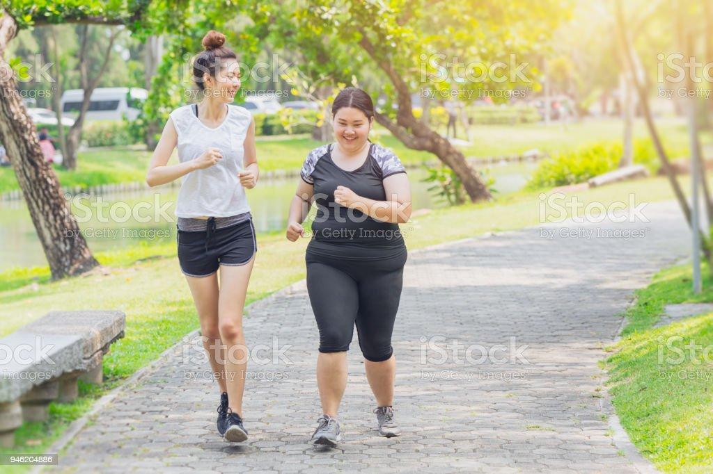 亞洲青少年奔跑肥胖和稀薄的友誼在公園慢跑圖像檔