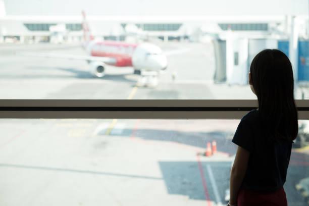 asiatische teenager am flughafen-lounge - abschiedswünsche stock-fotos und bilder