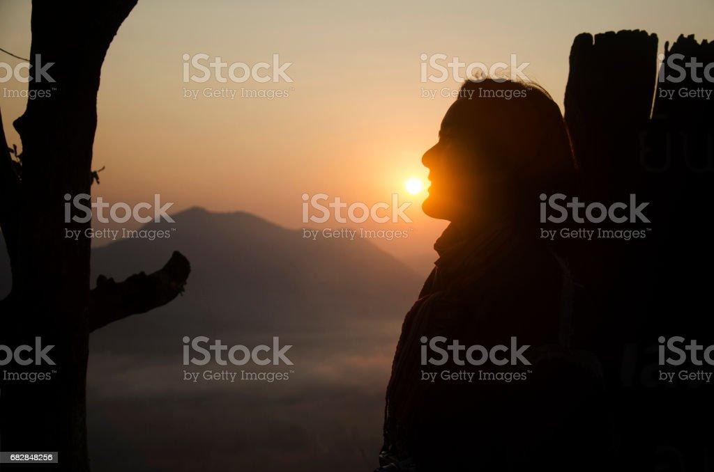 Asian thai women travelers visit and posing with sun at viewpoint of phu tok mountain Lizenzfreies stock-foto