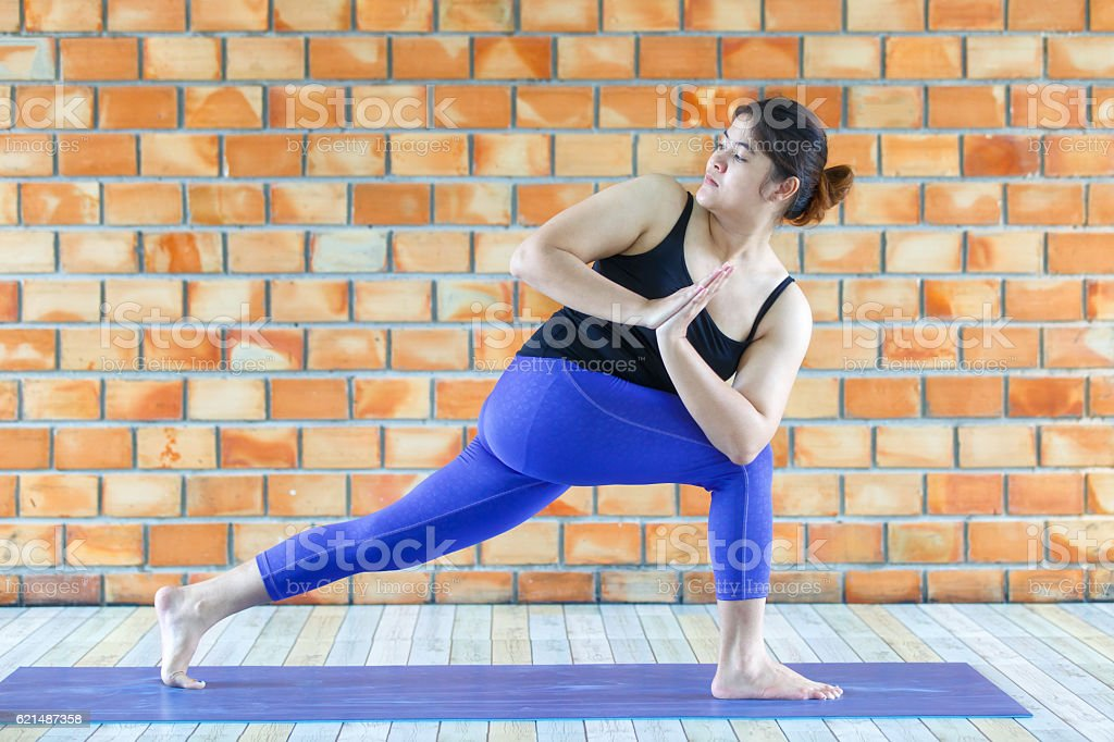Asian trainee strong woman practicing difficult yoga pose foto stock royalty-free
