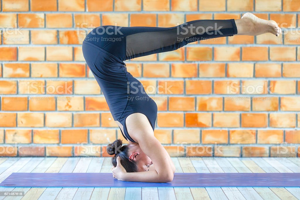 Asian trainee strong woman practicing difficult yoga pose photo libre de droits