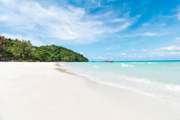 Asiatischetropische sandige Strandparadies mit hohen Palmen in Thailand – Foto