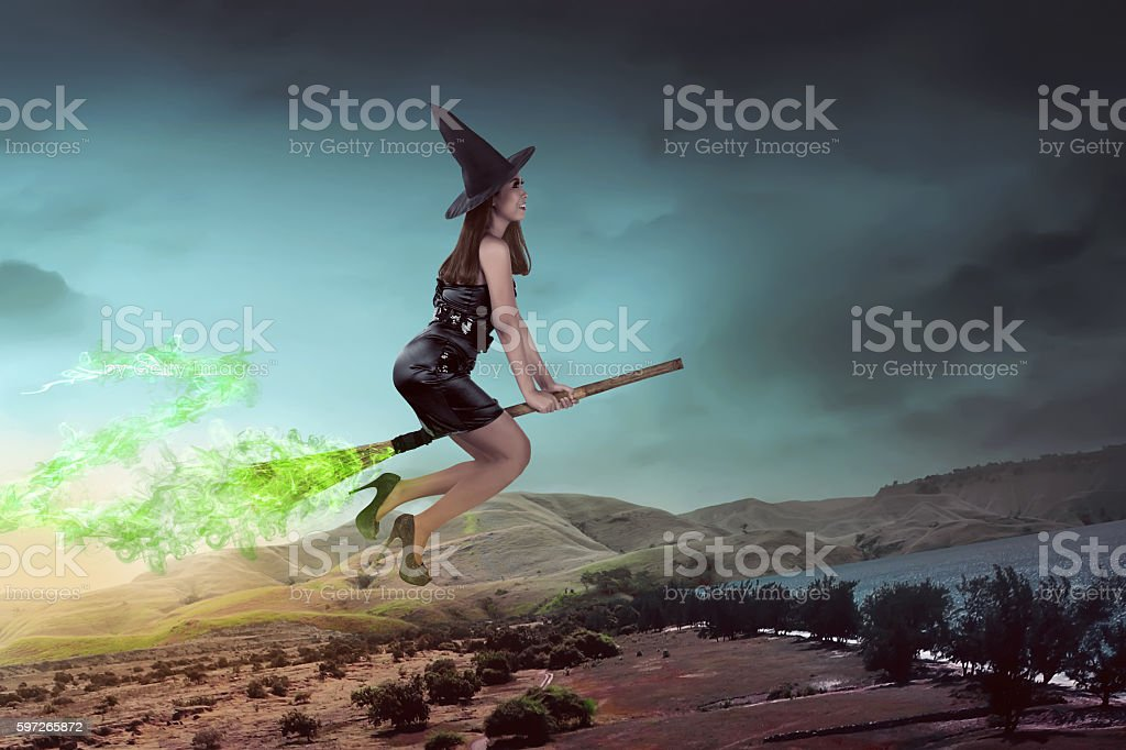 Asian witch woman ride the broom Lizenzfreies stock-foto
