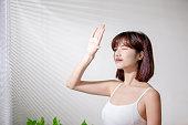 日焼けが怖いアジアの女性