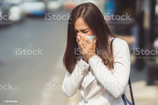 Mujer asiática van a usa work.she N95 mask.prevent PM2.5 de polvo y smog.she es tos - Foto de stock de Adulto libre de derechos