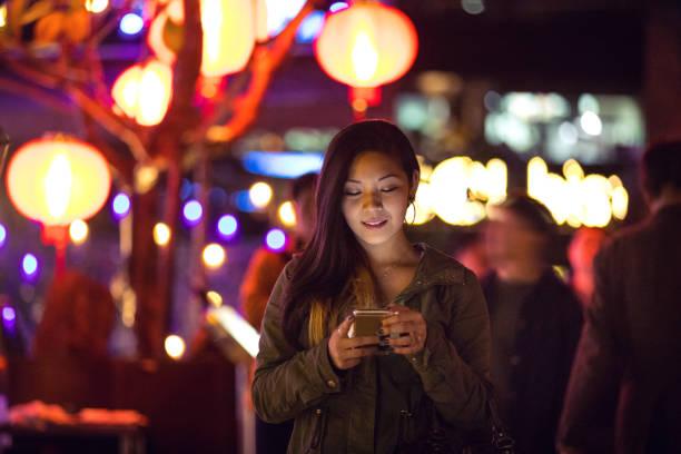 asiatische frau nachts in der innenstadt von taipei - taiwan - insel taiwan stock-fotos und bilder