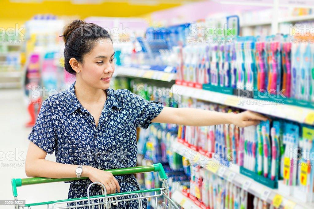 Asiatische Frau kauft einer Zahnbürste – Foto