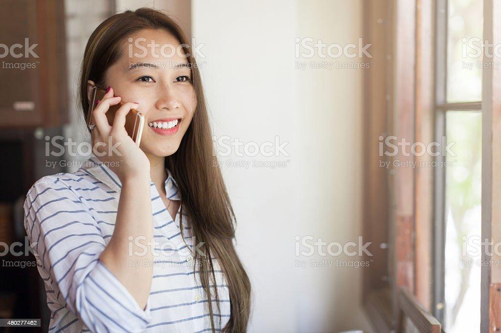 Asiatische Frau Handy Gespräch unter Lächeln – Foto