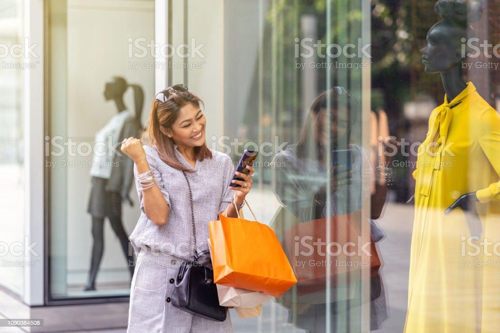 newest 5914d 5855f Asiatische Frau Fröhlich Nach Abschluss Mit Dem Smart Handy ...
