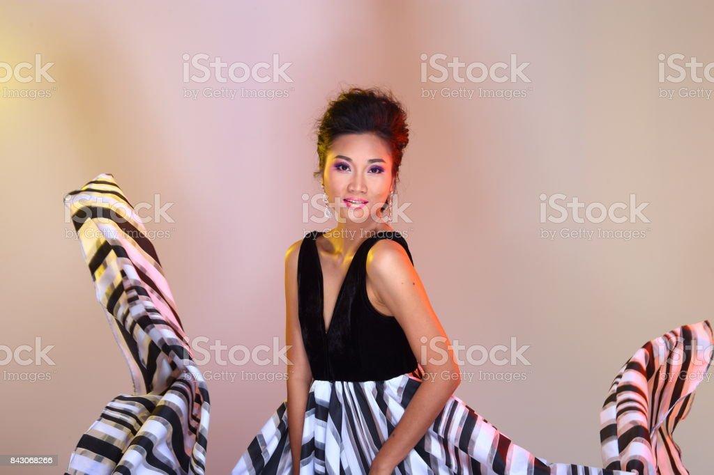 Fotografía de Moda Mujer Asiática Hacer Peinados Para Proclamar Bola ...