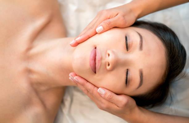 Femme asiatique, obtenant un massage du visage au spa - Photo