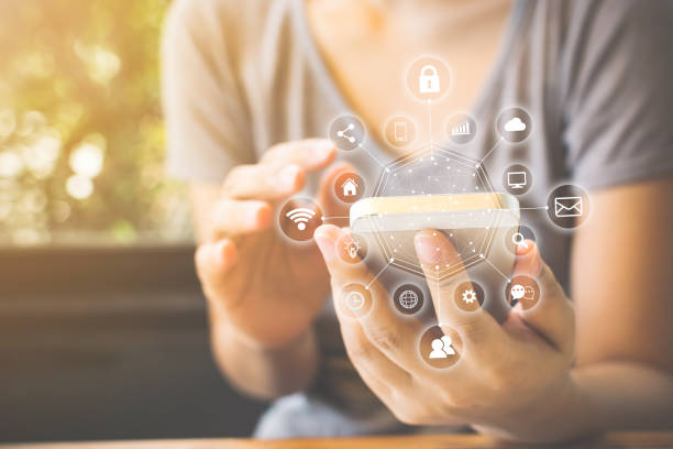 mano donna asiatica che usa lo smartphone con comunicazione con tecnologia icona e internet of things (iot). innovativo concetto di vita intelligente di convenienza - comodità foto e immagini stock