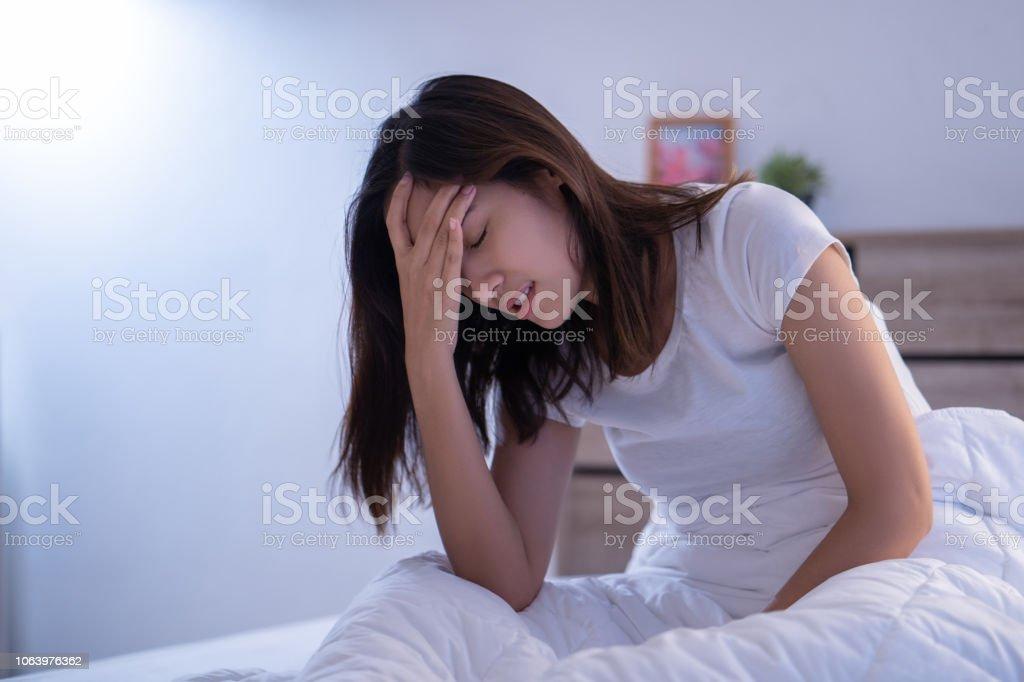아시아 여자는 있는 두통 침대에 아침에 편두통을 있을 수 있습니다 - 로열티 프리 Great Depression 스톡 사진