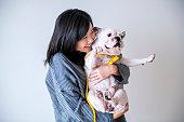 アジアの女性ハグ犬