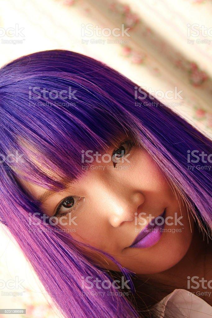 Mulher asiática em Cosplay (festa à fantasia): Cabelo e lábios roxos - foto de acervo