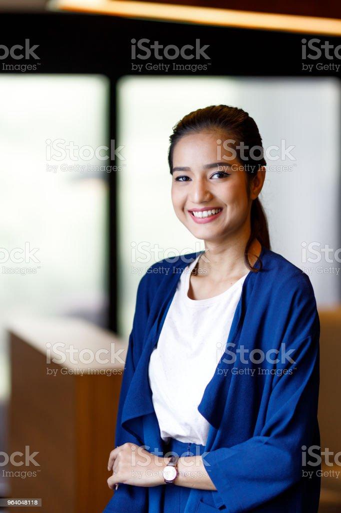 近代的なオフィスにアジアの女性 - あこがれのロイヤリティフリーストックフォト