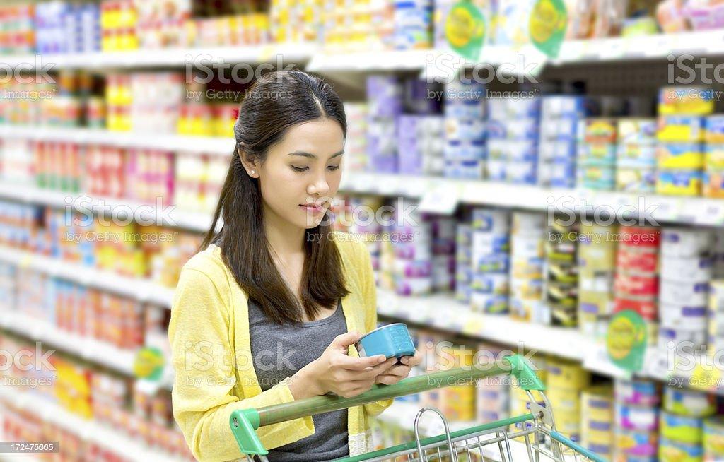 Asiatische Frau im Supermarkt zu kaufen in Dosen – Foto