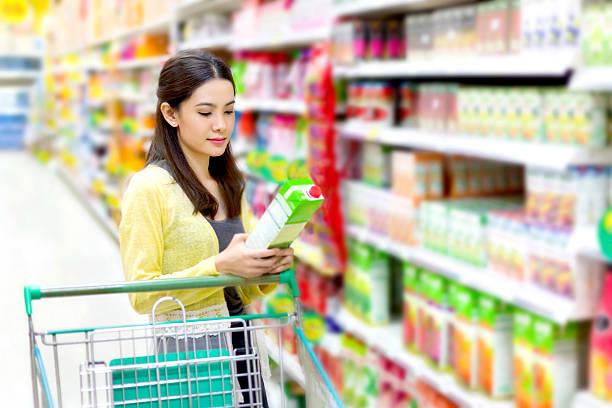 Asiatische Frau im Supermarkt zu kaufen Saft – Foto