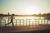 アジアの女性は、公園でジョギングします。午前中に