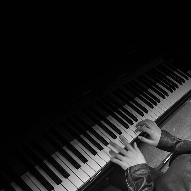 asiatische frau spielt klavier - lautbildungsspiele stock-fotos und bilder