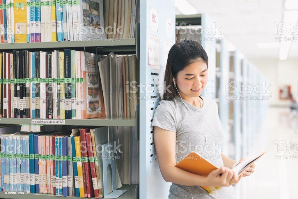 Asyalı kadın. kitaplık kitaplığı'adlı bir kitap okuma
