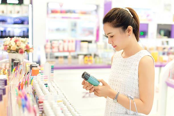 아시아계 여자, 매장에서 쇼핑 화장품. - 향수 미용 위생 제품 뉴스 사진 이미지