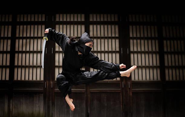mujer asiática mostrando su ninja mueve - ninja fotografías e imágenes de stock