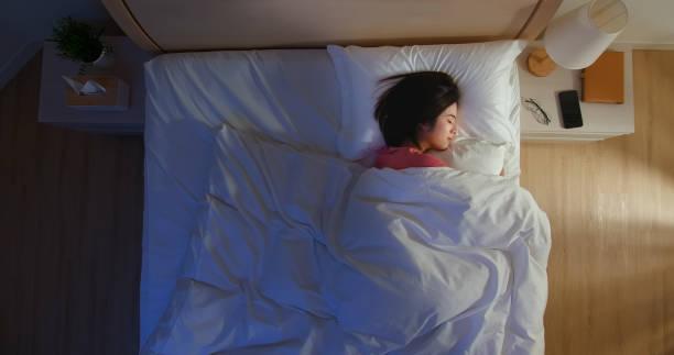 アジアの女性はよく眠る - people of color ストックフォトと画像