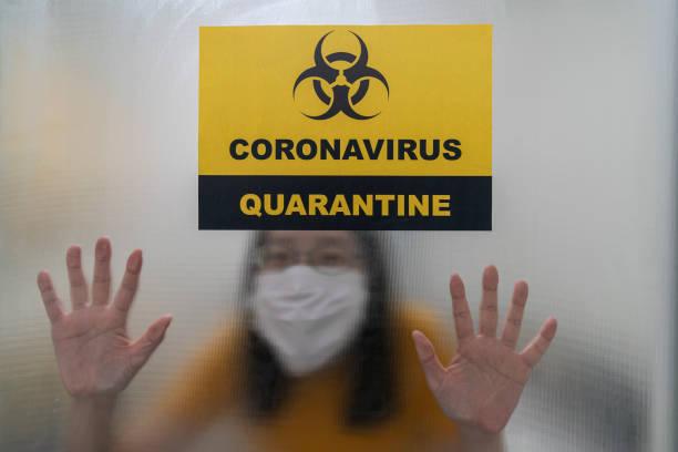 Asiatische Frau bleiben in Coronavirus oder covid-19 Quarantänezimmer im Krankenhaus – Foto