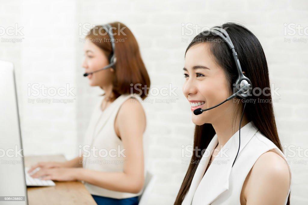 Asiatische Frau Telemarketing Agent Kundendienst arbeiten im Callcenter – Foto