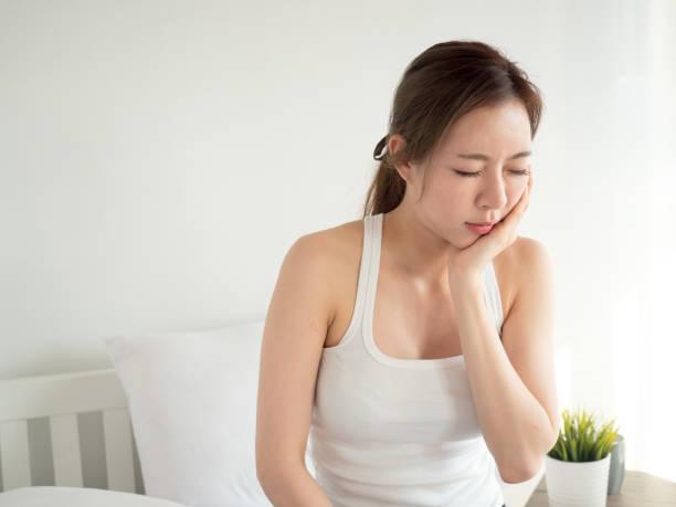 dolor de muelas mujer asiática, dolor, lastimado y herido, diente, dientes y odontología concepto mujer - mandibula fotografías e imágenes de stock
