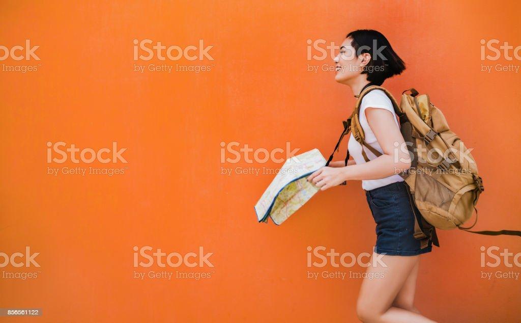 亞洲女遊客跑她到各個地方。圖像檔