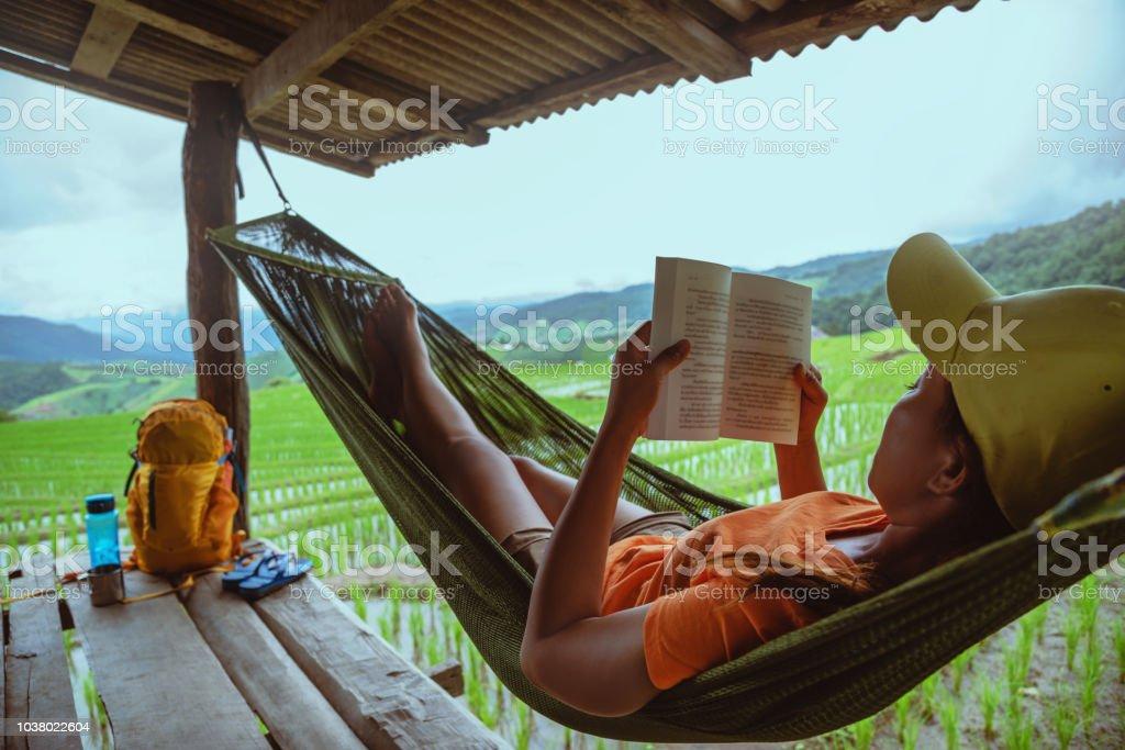 Hangmat Voor Op Balkon.Aziatische Vrouw Reizen Natuur Ontspannen Lezen Van Een Boek In De