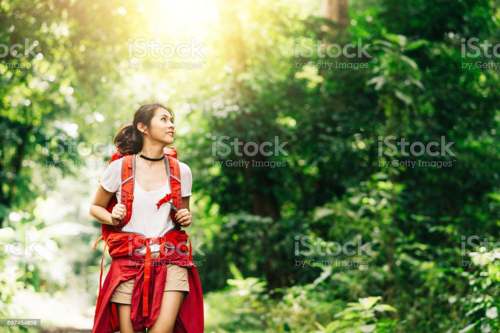 Asiatische Frau Reisenden mit Rucksack wandern im Wald – Foto