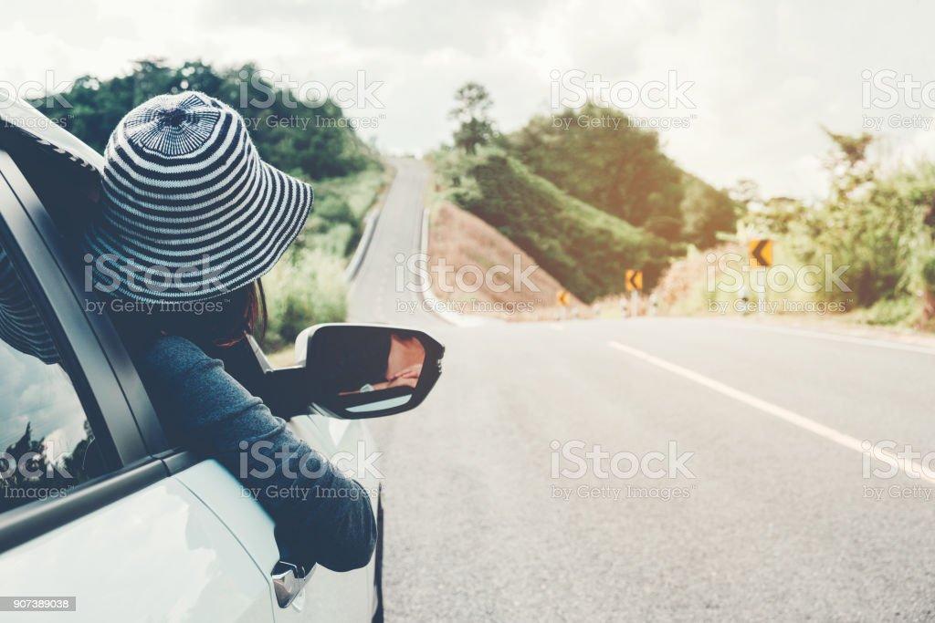 Asiatische Frau Reisende mit Auto auf schöne Straße – Foto
