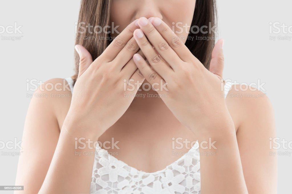 Asiatische Frau mit beiden Händen Mund für nicht kommentieren oder sich weigert, auf grauem Hintergrund schließen – Foto