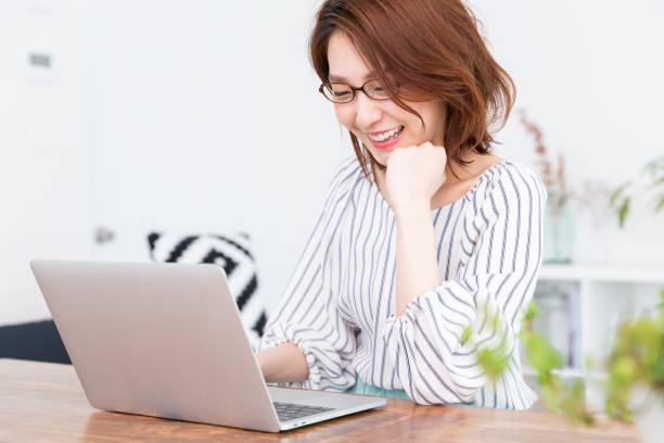 ラップトップを使用してアジアの女性 - パソコン 日本人 ストックフォトと画像