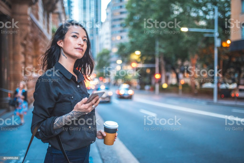 Asiatische Frau mit Handy und warten auf Taxi in Sydney – Foto