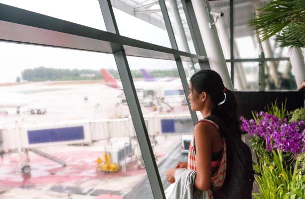 Asiatische Frau wartet an Bord – Foto