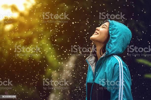 Asiatische Frau Trägt Einen Regenmantel Im Freien Sie Ist Glücklich Stockfoto und mehr Bilder von Aktiver Lebensstil