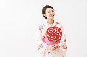 日本の伝統的なカジュアルな夏の着物「浴衣」を着たアジア人女性。