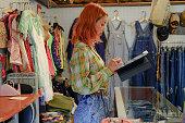 古物店を経営するアジア人女性