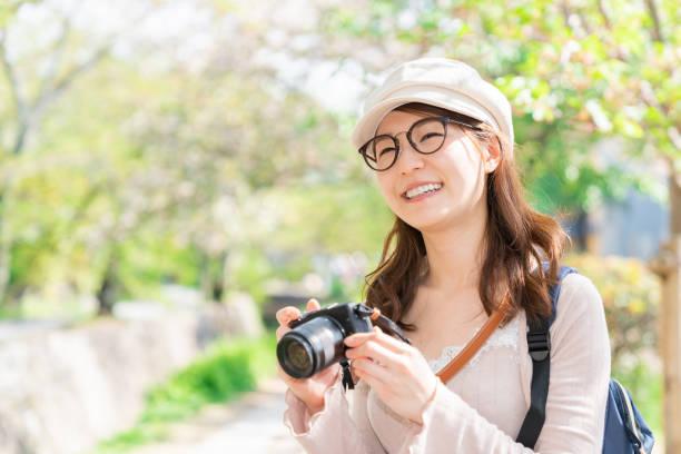 京都、カメラ、日本で旅行するアジアの女性 - people of color ストックフォトと画像