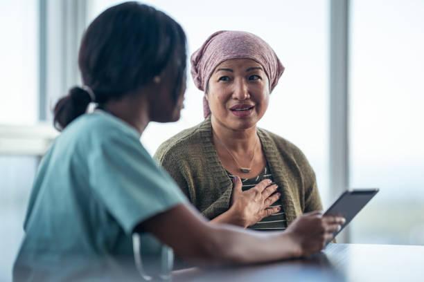 asiatische frau mit krebs treffen mit ärztin - chemotherapie stock-fotos und bilder