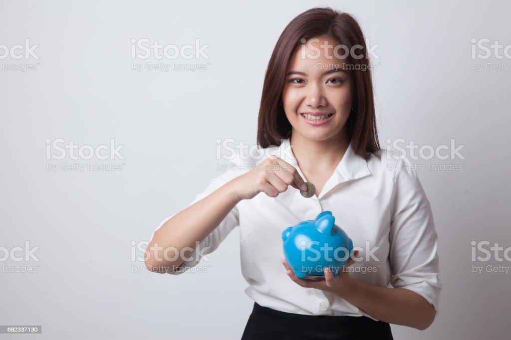 Aziatische vrouw met munt en varken munt bank. royalty free stockfoto