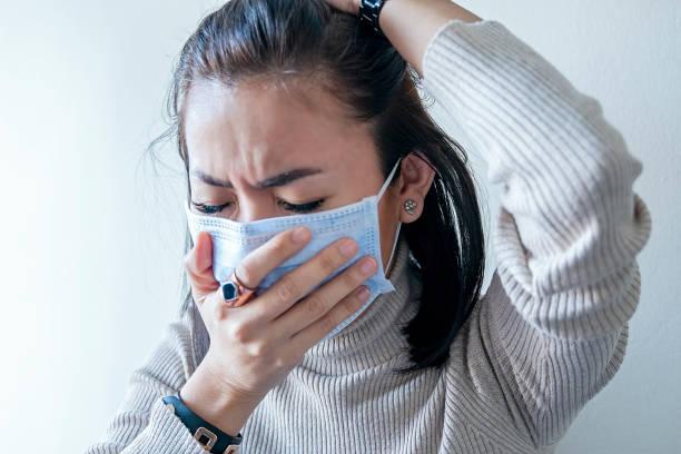 mujer asiática con protección facial de coronavirus en pulmones humanos - síntoma fotografías e imágenes de stock