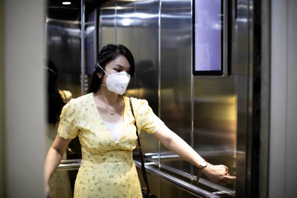 aziatische vrouw met n-95 masker tijdens quarantaine - claustrofobie stockfoto's en -beelden