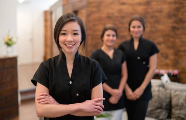 アジアの女性の女性のグループでのスパで作業 ストックフォト